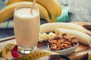 Easy Banana Almond Smoothie Burn Fat Build Muscle via @BlenderBabes