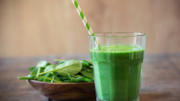 Super Kid Friendly Banana Green Smoothie with your Blendtec or Vitamix blender by @BlenderBabes